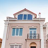 Kottedzhnyj-gorodok-«Aleksandrijskij»-trapecievidnye-okna-1